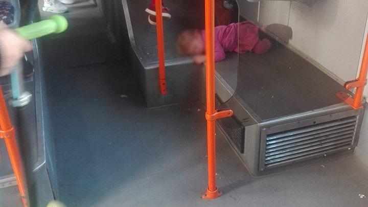 Imagini revoltătoare într-un troleibuz! O copilă doarme jos, chiar sub scaunul mamei sale (FOTO)