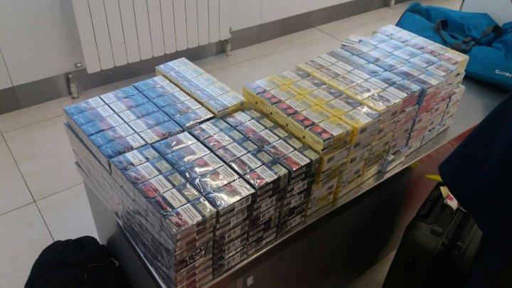 15.800 de țigarete, reținute de vameși pe Aeroportul Internațional Chișinău