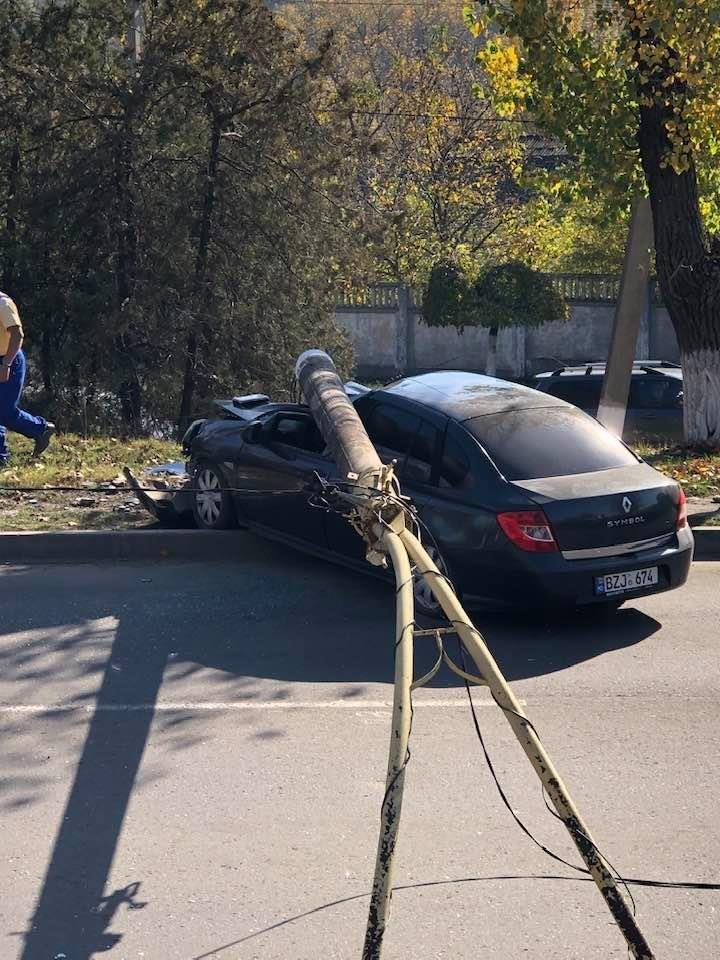 Un şofer a intrat cu maşina într-un pilon. Automobilul este grav avariat (FOTO)