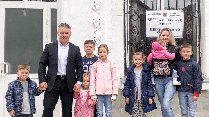 Candidatul, Teodor Cârnaț a mers la vot cu toți cei șapte copii (FOTO)