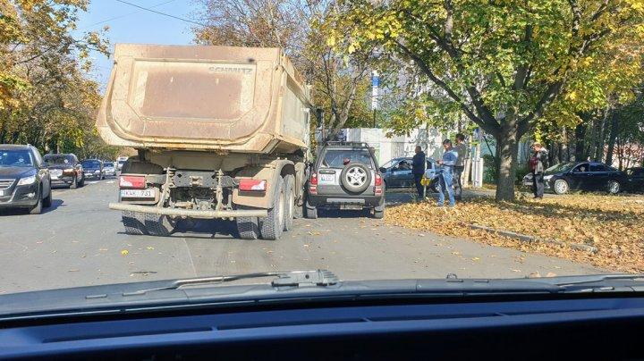 Accident pe strada Testemiţanu din Capitală. Un camion a intrat într-un SUV (FOTO)