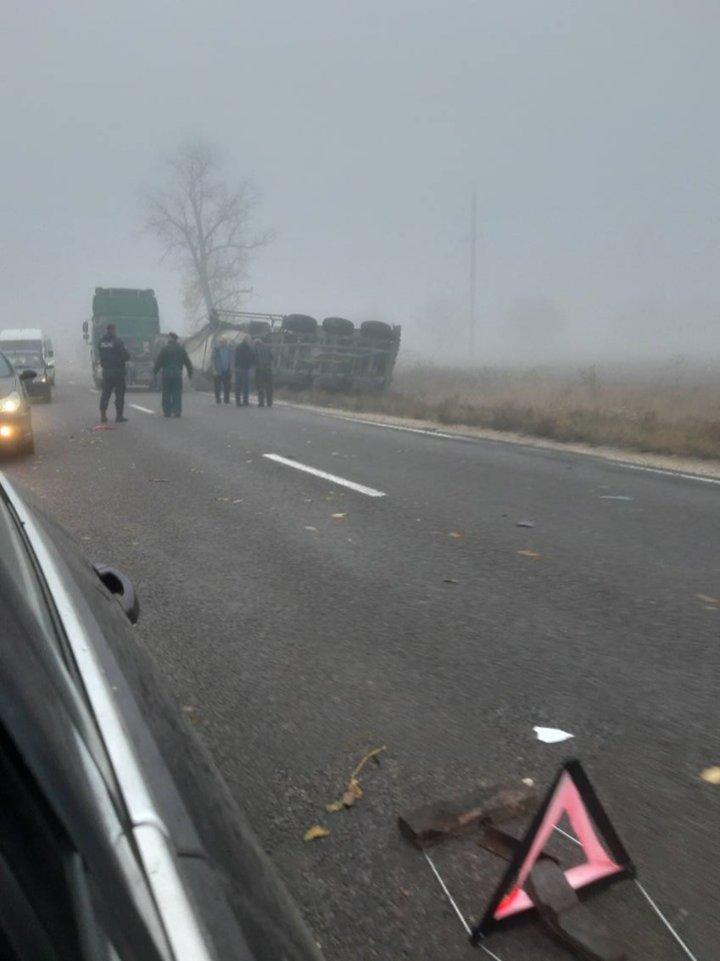 ACCIDENT ÎN LANŢ în raionul Hânceşti. Remorca unui camion, RĂSTURNATĂ (VIDEO/FOTO)