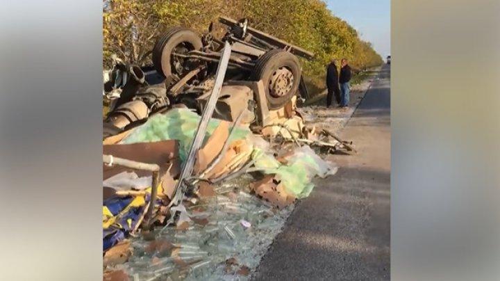 ACCIDENT GRAV la Comrat. Un TIR S-A RĂSTURNAT într-un şanţ. Vehiculul, făcut praf (IMAGINI DE GROAZĂ)