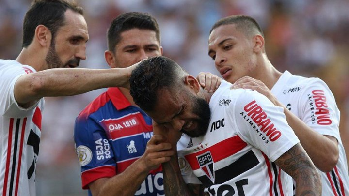 Incident la Campionatul Braziliei de fotbal. Dani Alves, atacat în timp ce executa un corner