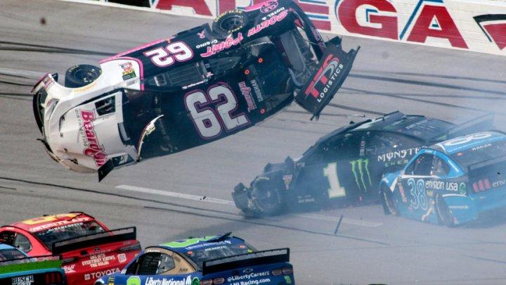 Accident spectaculos la NASCAR. Un automobil s-a răsucit în aer la 360 de grade şi apoi a aterizat pe pistă