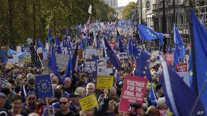 Zeci de mii de britanici cer convocarea unui nou referendum privind Brexitul