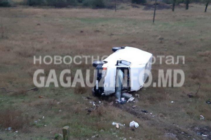 ACCIDENT GRAV la Comrat. Un microbuz s-a răsturnat şi a ajuns în şanţ (FOTO)
