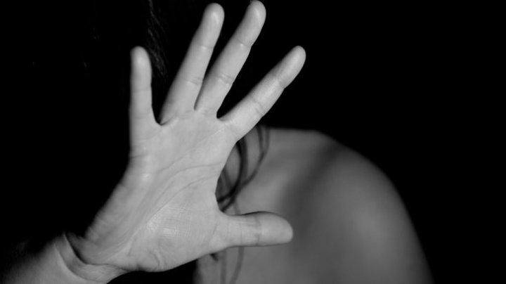 Un polițist a bătut o femeie, după ce ar fi încercat să o violeze