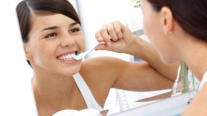 Bine de ştiut! Care este momentul optim al zilei pentru a te spăla pe dinți