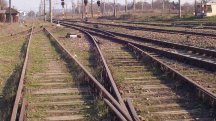 GROAZNIC. O minoră a fost lovită de tren, după ce a traversat calea ferată cu căşti în urechi