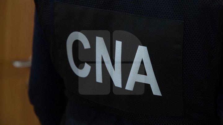 DESCINDERI cu mascaţi la domiciliile mai multor angajaţi ai BNM într-un dosar de abuz în serviciu