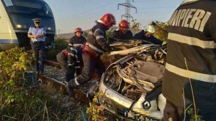 O maşină, lovită violent de un tren: Două persoane au murit