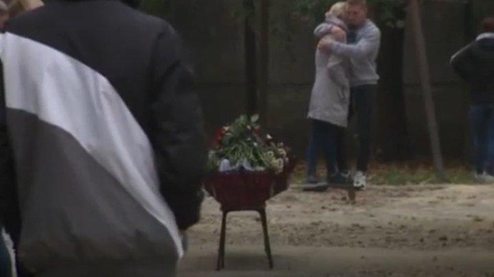 LACRIMI şi DURERE. Adolescentul din Dubăsari, ucis în bătaie şi lăsat să moară la cimitir, petrecut pe ultimul drum (VIDEO)