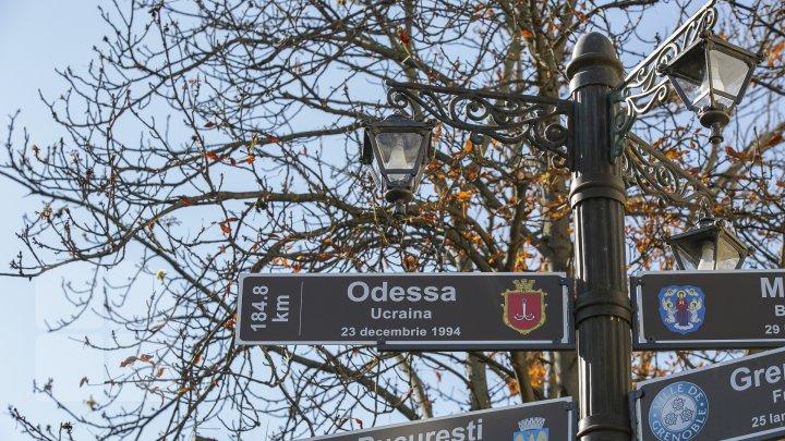 În Chişinău a fost inaugurat un pilon informativ cu denumirea orașelor înfrățite (FOTO)