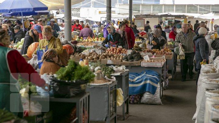 SCUMPIRILE SE ŢIN LANŢ. Comercianții din pieţe au afișat prețuri mai mari la produsele alimentare