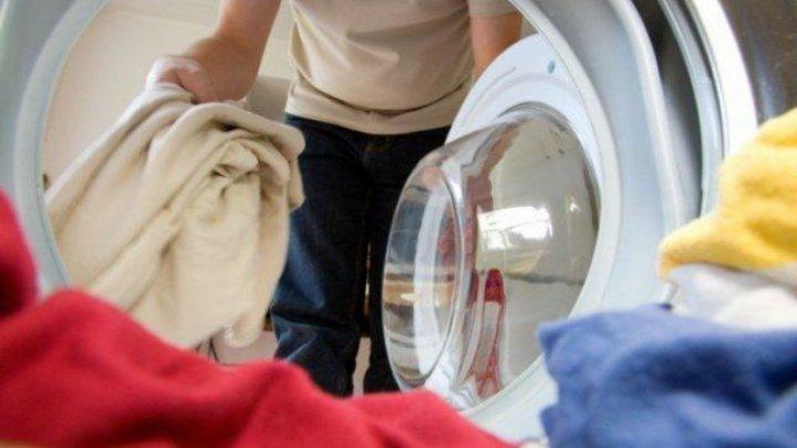 E un mare PERICOL. Specialiştii spun de ce nu trebuie să-ţi speli hainele la 40 de grade