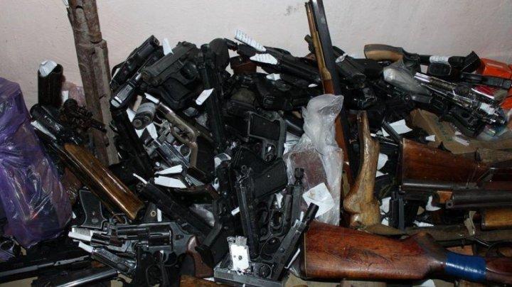 Un număr considerabil de arme deținute ilegal, ridicate și confiscate de polițiști (FOTO)