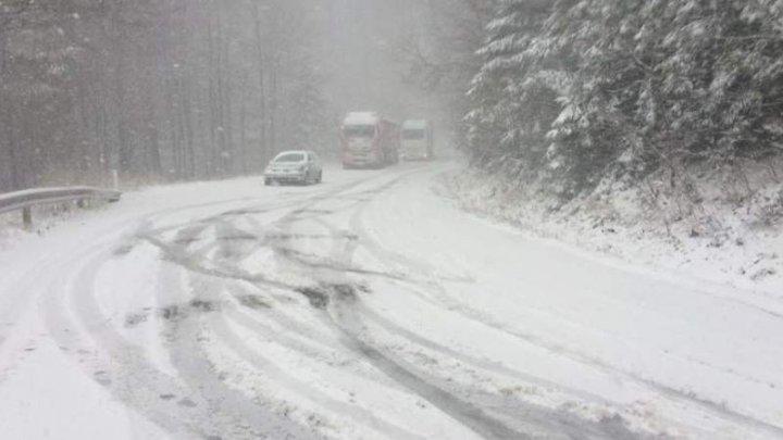 Ninge în mai multe județe din România. Drumarii au intervenit pentru deszăpezire