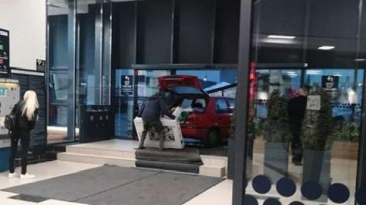 Ca la el acasă! Un șofer a intrat cu maşina într-un mall din România, pentru a feri de ploaie un televizor proaspăt cumpărat