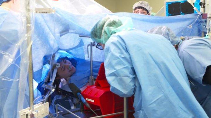 O operaţie pe creier, transmisă în direct pe Facebook. Pacienta a fost conștientă tot timpul