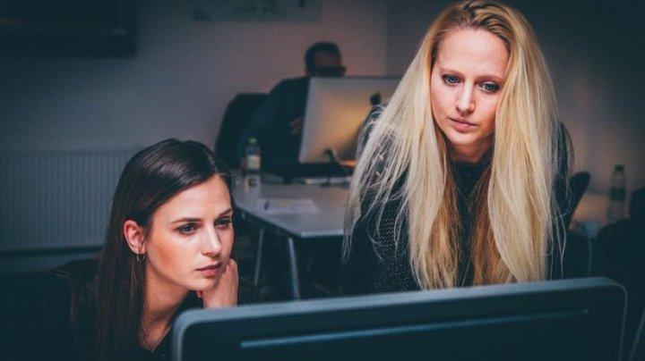 """STUDIU: Oamenii din generaţia """"millennials"""" muncesc şi dorm mai mult decât cei mai în vârstă"""