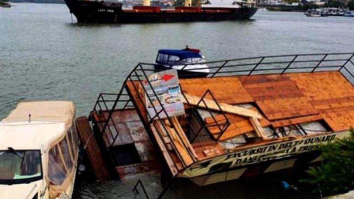 O navă cargo uriaşă a distrus un ponton pe faleza din Tulcea