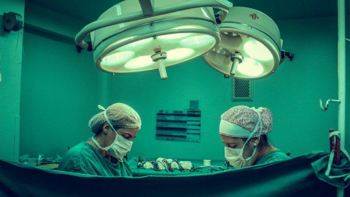 Medicii au reuşit o operaţie complicată. O tânără şi-a recuperat piciorul pierdut într-un accident
