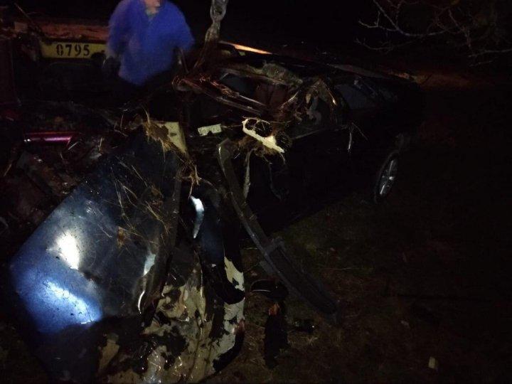 Accident tragic la Comrat. Un șofer a murit pe loc, după ce s-a tamponat cu mașina într-un copac (FOTO)