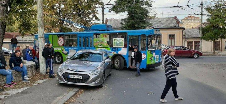 CULMEA NESIMŢIRII! Mai multe troleibuze, blocate pe o stradă din centrul Capitalei din cauza unei maşini parcate neregulamentar (FOTO/VIDEO)