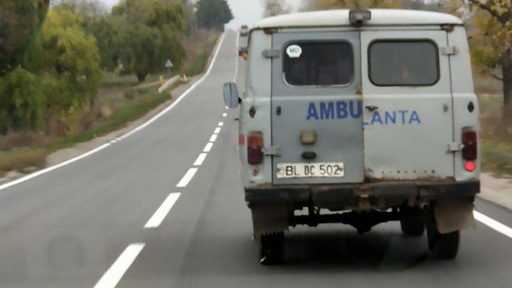 Aceste hârburi sunt menite să ne salveze viețile. O ambulanță veche, cu ușa pe jumătate deschisă, văzută pe traseele din țară (FOTO)