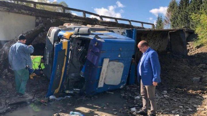 Incident șocant în România. Un pod s-a surpat în timp ce era traversat de un camion (FOTO)