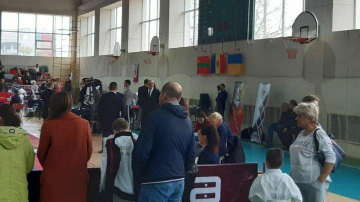 Pretinsul Drapel al separatiştilor din stânga Nistrului, arborat la o competiție sportivă din Chișinău (VIDEO)