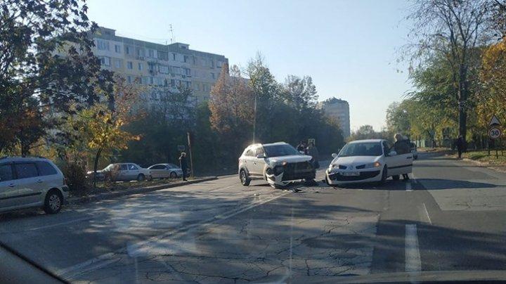 ACCIDENT în Capitală. Două maşini s-au ciocnit violent. Poliţia, la faţa locului (FOTO)