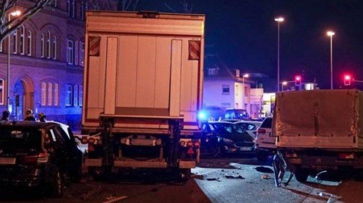 GROAZĂ pe o stradă din Germania: Un şofer a intrat cu un camion în mai multe mașini: Sunt cel puţin 16 răniţi