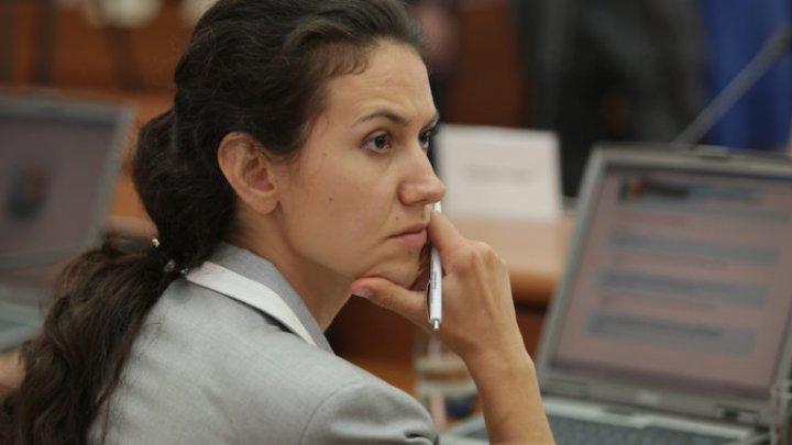 Cetăţenii, îndemnaţi să semneze o petiţie pentru demiterea ministrului Justiţiei, Olesea Stamate