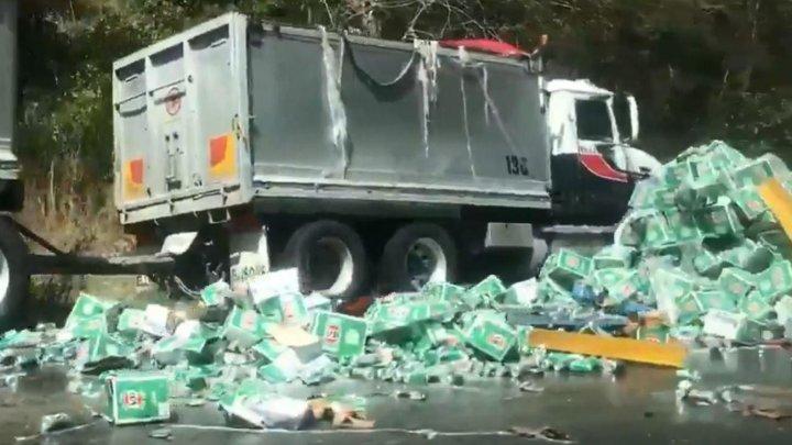 Un camion încărcat cu bere, răsturnat pe cea mai aglomerată autostradă din Australia. Reacţia localnicilor (VIDEO)