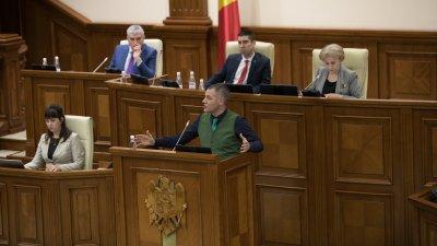 Octavian Ţîcu a blocat tribuna centrală a Parlamentului şi nu a lăsat-o pe Maia Sandu să ia cuvântul (VIDEO)
