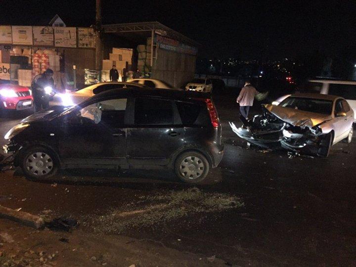 ACCIDENT pe strada Uzinelor din Capitală. Două mașini, implicate. Victimele, transportate la spital