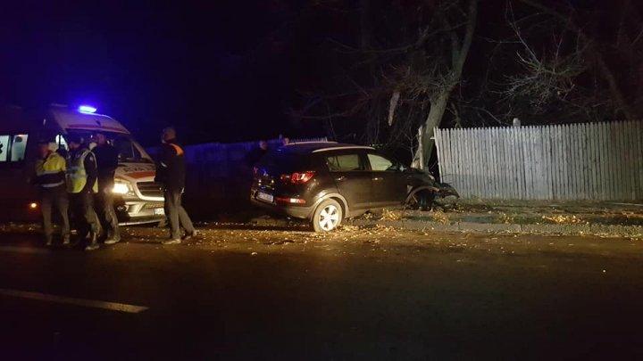 Accident în sectorul Botanica al Capitalei. Un șofer a intrat cu mașina într-un copac: sunt răniți (FOTO)