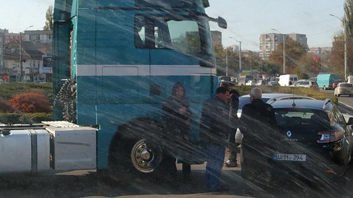 Accident cu implicarea unui TIR, în Capitală. În zonă s-a format ambuteiaj (FOTO)