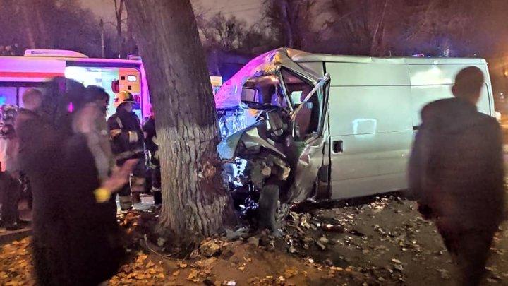 Accident teribil pe strada Dimo din Capitală. Un tânăr de 26 de ani a ajuns la spital (FOTO)