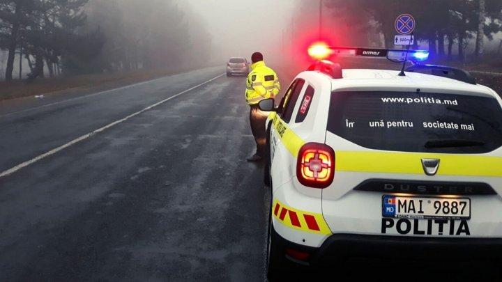 CEAŢĂ DENSĂ ŞI VIZIBILITATE REDUSĂ. Poliţia îndeamnă conducătorii auto să circule cu atenţie