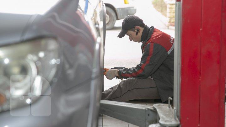 Aglomeraţie mare la atelierele auto din Capitală. Șoferii își schimbă pneurile de vară, pe cele de iarnă (FOTOREPORT)