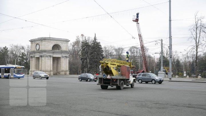 MAGIA sărbătorilor de iarnă. A început instalarea POMULUI de CRĂCIUN în PMAN (VIDEO/FOTO)