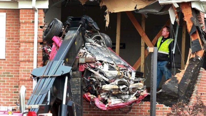 Un Porsche a zburat de pe şosea şi a aterizat la etajul unei clădiri: Doi oameni au murit pe loc (IMAGINI DE GROAZĂ)