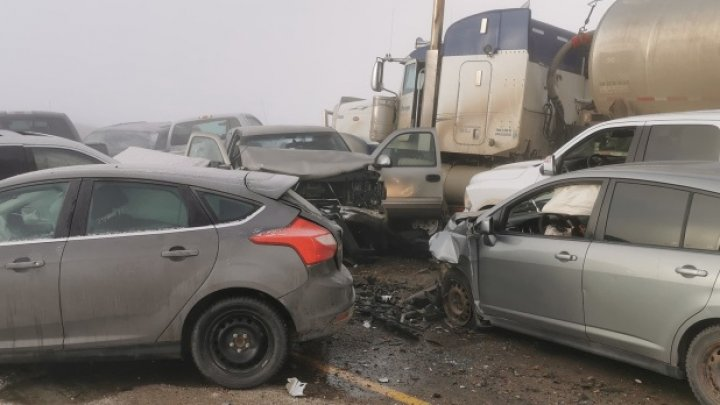Carambol cu 20 de mașini în Canada: Cel puţin 27 de oameni au fost răniţi (FOTO)
