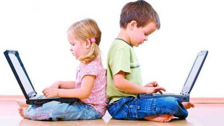 ALARMANT! Cei mai mulţi copii de 2 şi 3 ani petrec prea mult timp în faţa ecranelor