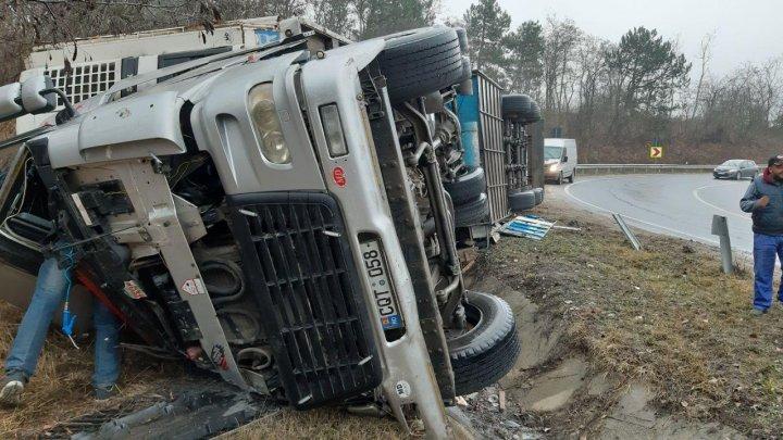 Accident teribil în raionul Hînceşti. Un camion s-a răsturnat lângă satul Buţeni (VIDEO)