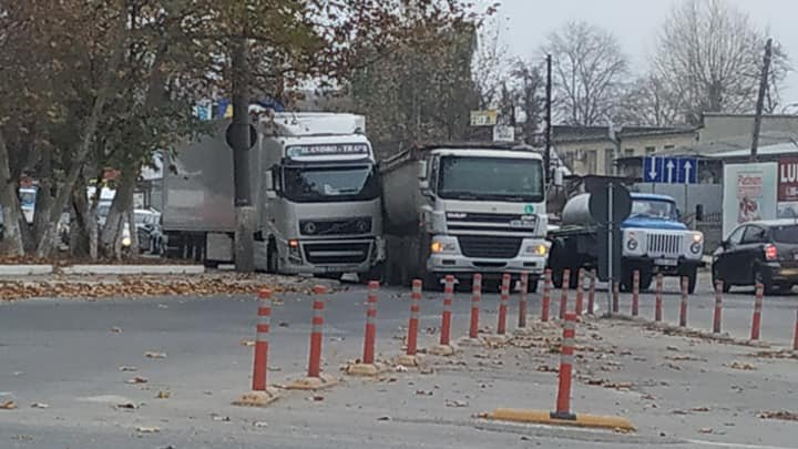Ambuteiaj infernal în capitală! Două camioane s-au ciocnit pe strada Uzinelor