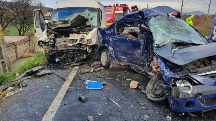 O femeie a murit după ce a intrat cu autoturismul într-o autoutilitară ce transporta sicrie